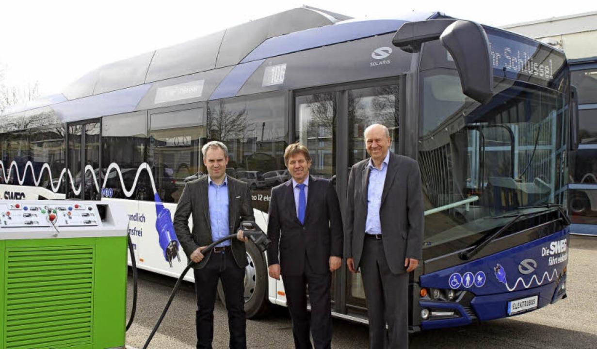 Die SWEG setzt  ihren ersten Elektrobu... und Günter Maier (Vertrieb Solaris).   | Foto: SWEG