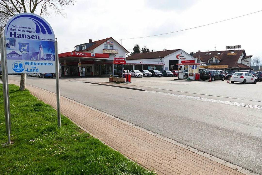 Tankstelle, Autohaus und Hotel am Ortseingang von Hausen  | Foto: Hans-Peter Müller