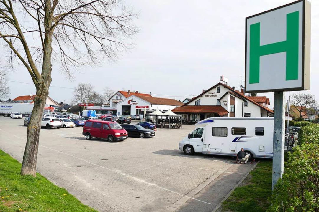 Wo früher viele Fernfahrer ihre Lkw pa...te mit Pkw oder Wohnmobilen zu finden.  | Foto: Hans-Peter Müller