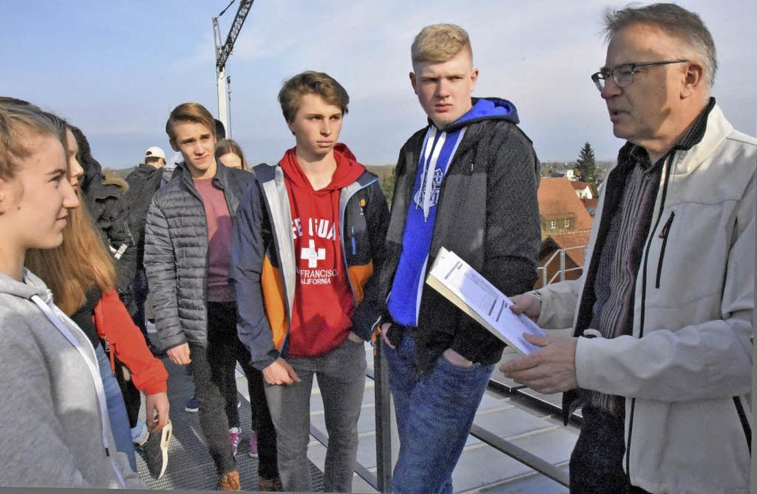 Volker Künzel von der GWG erklärt, wie...age auf dem Rathausdach funktioniert.   | Foto: Andrea Steinhart