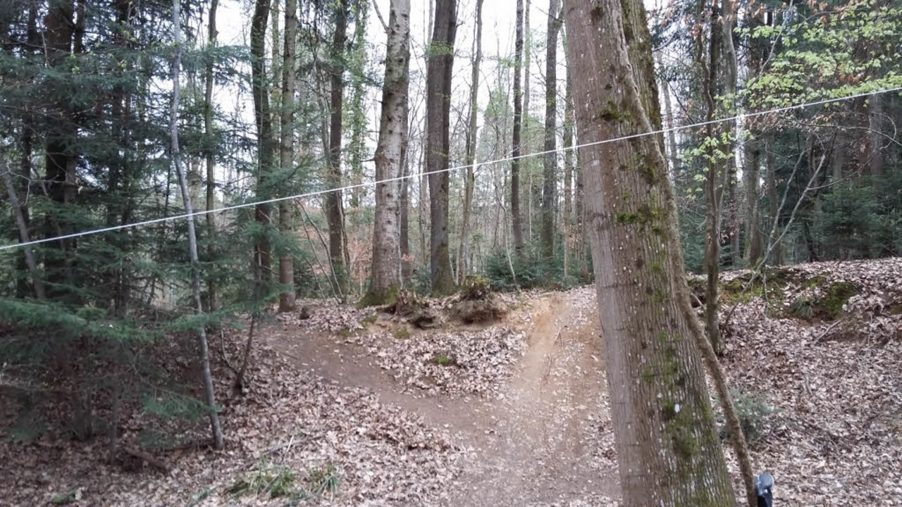 Diese Schnur wurde über die Mountainbikestrecke gespannt.  | Foto: privat