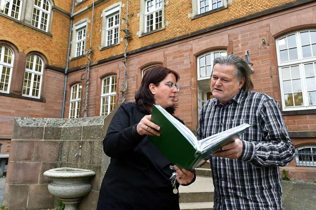 Lehrerin und Kandidatin Monika Stein v...spräch mit Konrektor Ralf Hanslischeck  | Foto: Thomas Kunz
