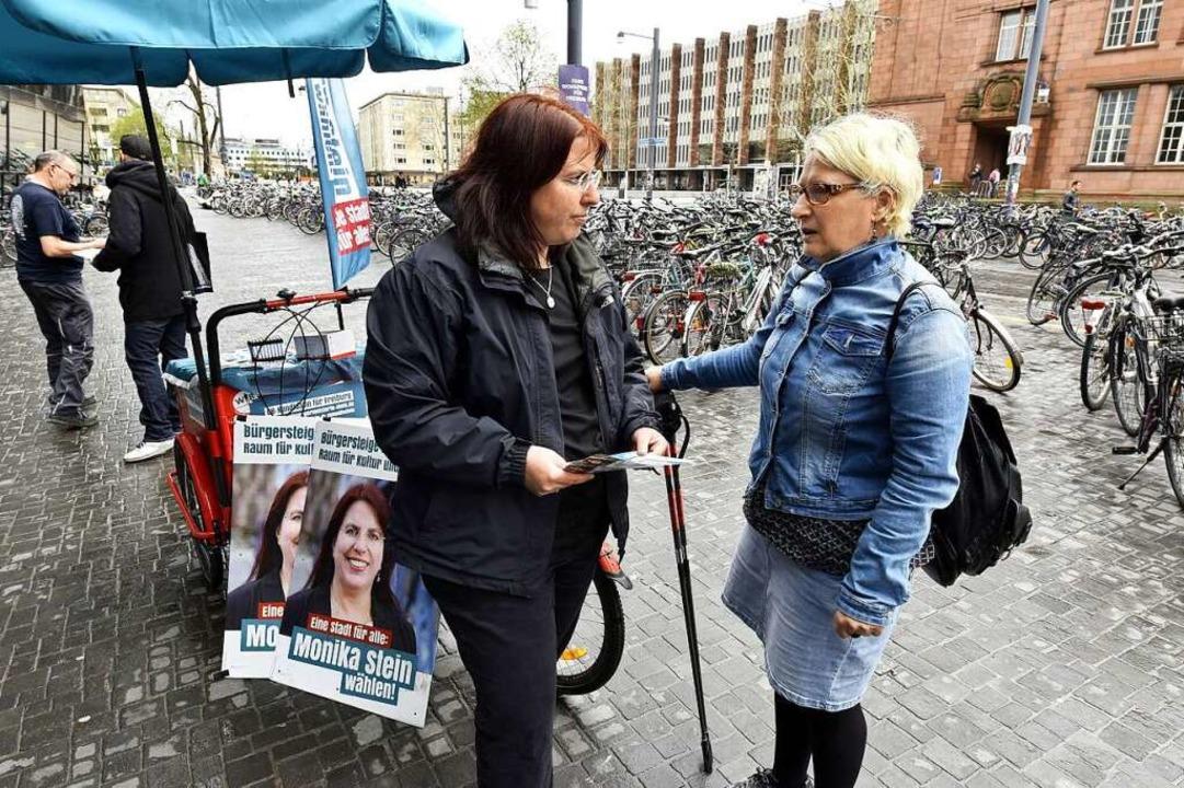 Gespräch am mobilen Infostand vor der Unibibliothek  | Foto: Thomas Kunz