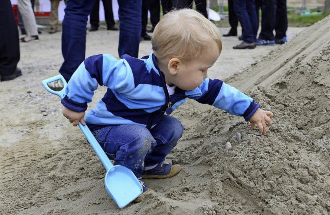 Der fast zweijährige Nico veranstaltete seinen  persönlichen Spatenstich.  | Foto: Ingo Schneider