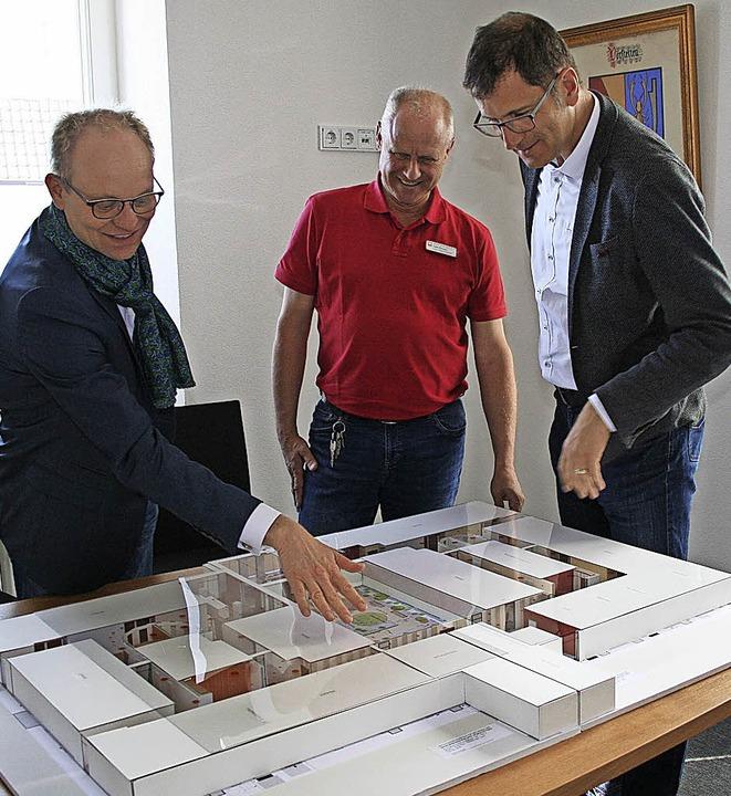 Rainer Leweling und Uwe Zimmer (von li...stellte Modell des  Seniorenzentrums.   | Foto: Kunz