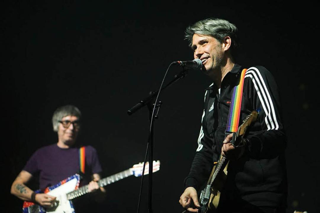 Dirk von Lowtzow (rechts) und Rick McP...von Tocotronic beim Freiburger Konzert  | Foto: Simon Langemann