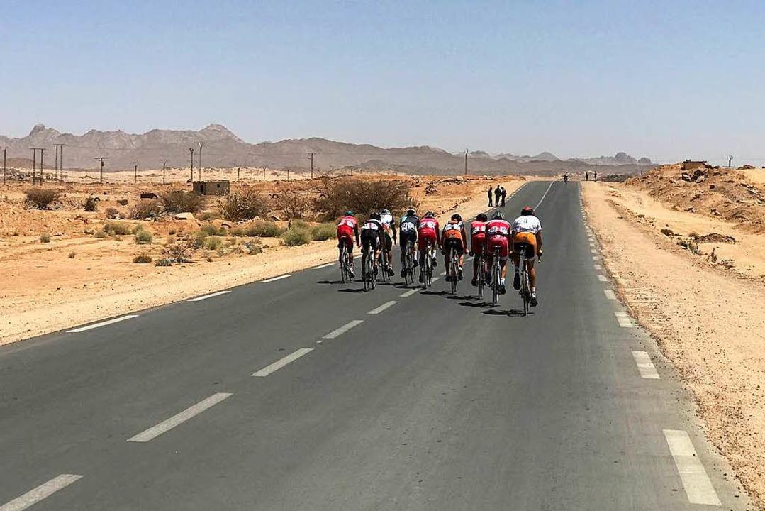 Durch die Wüste: Verfolgergruppe bei d...entour, ausnahmsweise ohne Zuschauer.   | Foto: TEAM ETW