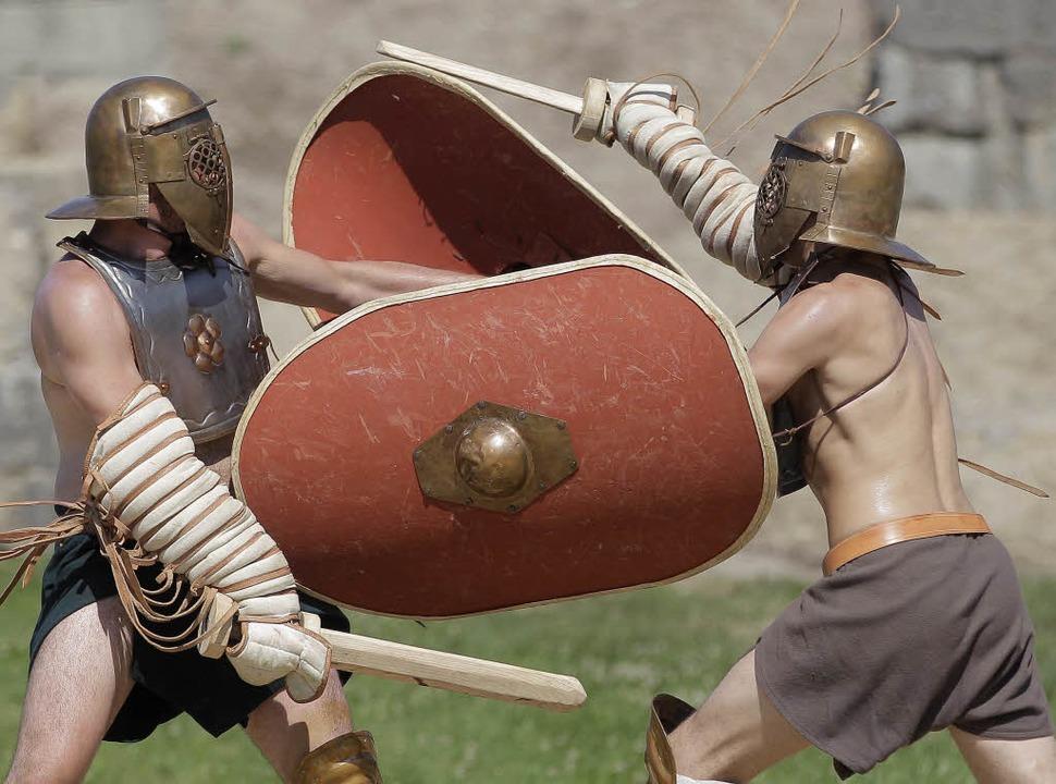 Männer kämpfen als Gladiatoren verklei...ne –  mal mit Umhang, mal ohne.   | Foto: ADOBE.COM/DPA