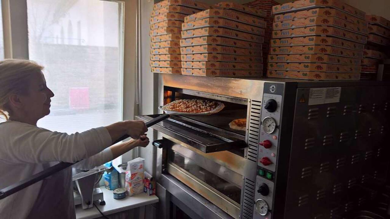 Bei der Zubereitung der Pizza kann man direkt zusehen.    Foto: Simon Voss