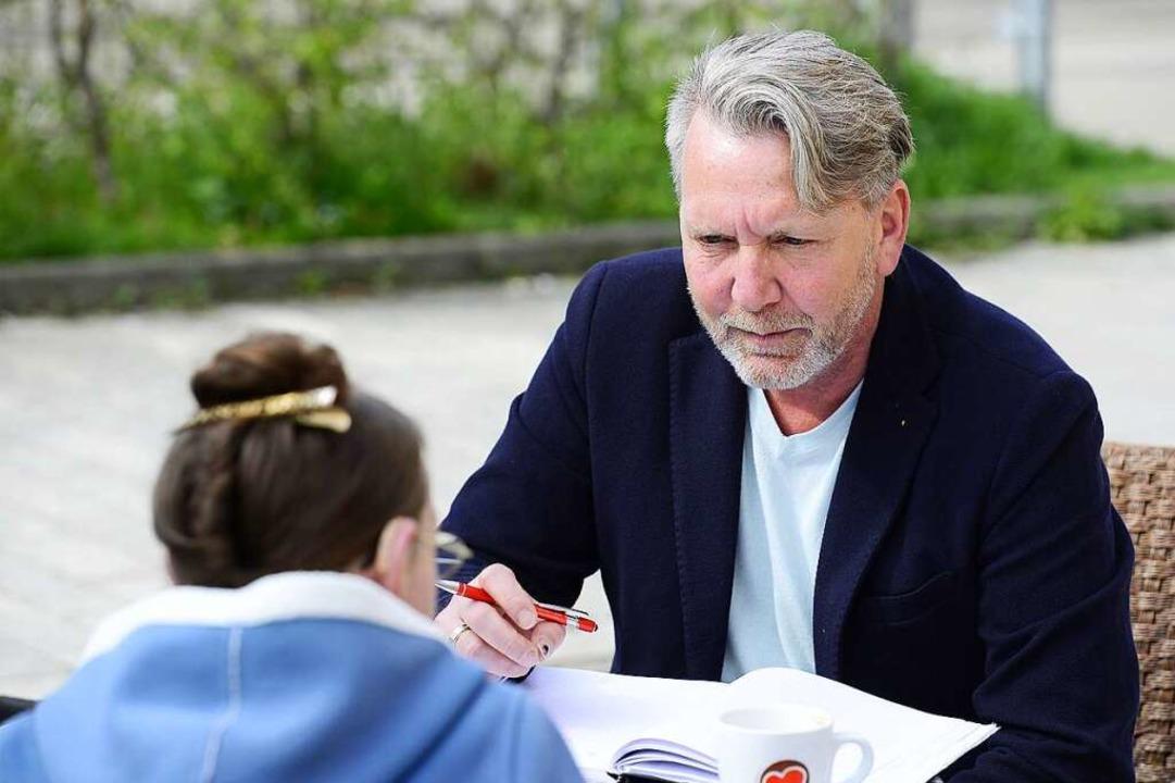 Im Gespräch mit einer Stadtbau-Mieterin in Haslach  | Foto: Ingo Schneider