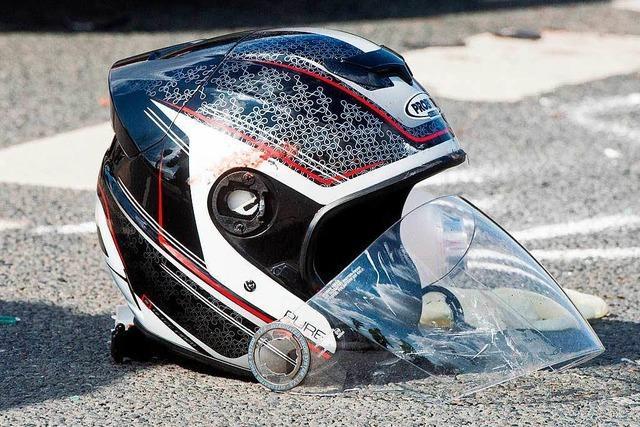 Moped-Beifahrerin landet auf dem Dach eines Autos