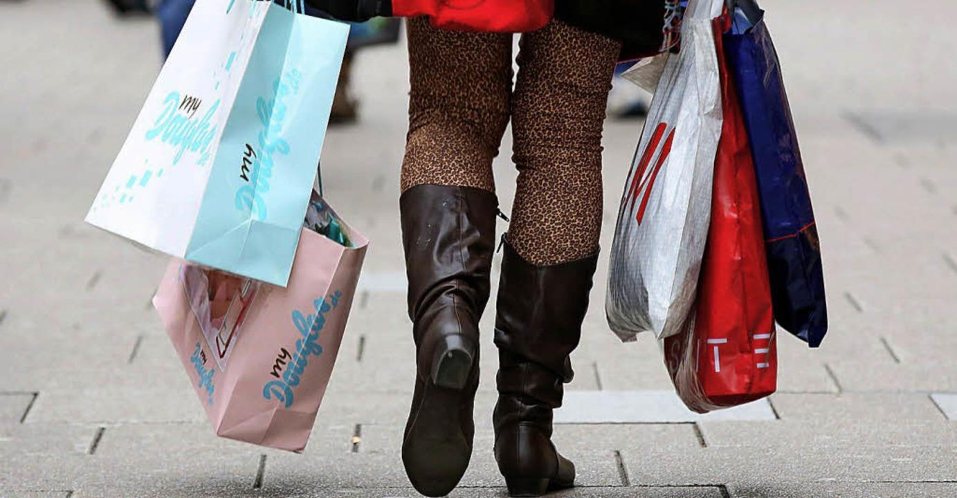 Konsum schadet der Umwelt, schreibt eine BZ-Leserin.  | Foto: dpa