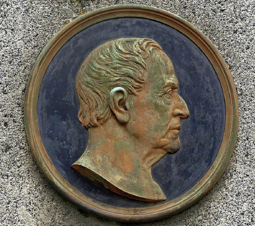 Medaillon mit Porträt von Moltke am Ei...Denkmal. Am Endinger Denkmal fehlt es.  | Foto: Jürgen Simon