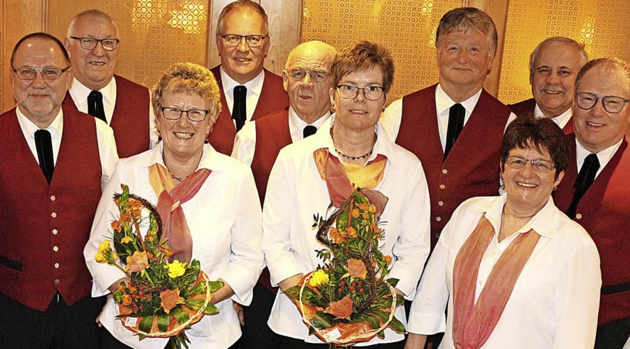 Der Vorsitzende Berthold Reich (links)...wie Franz Hug (hinten, 4. von rechts).    Foto: Karin Heiß