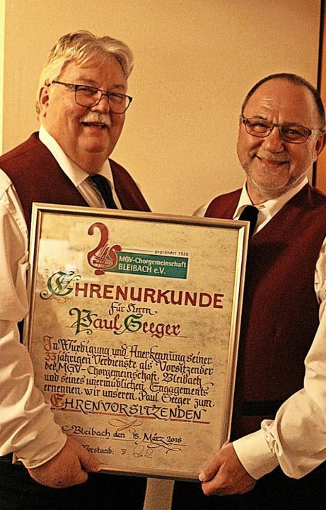 Paul Seeger (links) wurde vom neuen Vo...ereins zum Ehrenvorsitzenden ernannt.     Foto: Karin Heiss