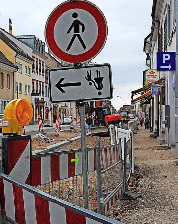 Wo darf er nun, der Fußgänger – kopfüber quer durch die Baustelle?  | Foto: Sylvia-Karina Jahn