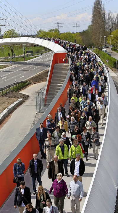 Das Wetter spielte am Eröffnungstag de...r Eröffnung der Ortenau-Brücke zeigen.  | Foto: Christoph Breithaupt