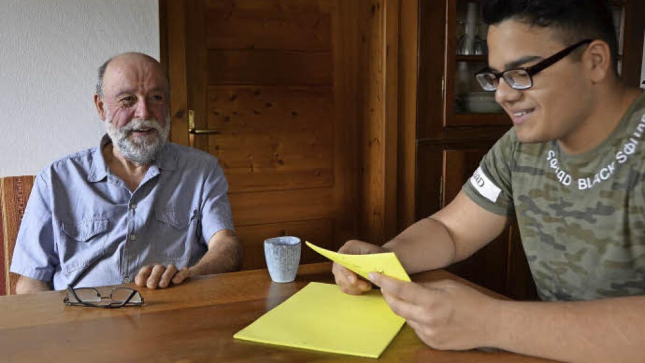Hans Bensing (links) hilft Manhal Sheiman bei der Prüfungsvorbereitung.  | Foto: Felix Lieschke/Bettina Schaller