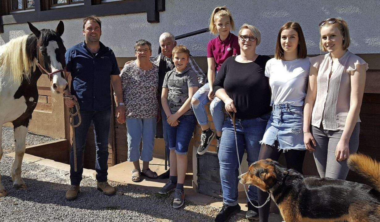 Die heutige Familie Himmelsbach: (von ...gy, Marie und Lisa mit Hofhund Oskar.   | Foto: Beate Zehnle-Lehmann