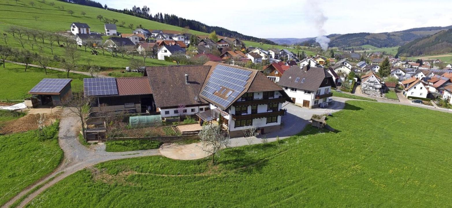 Vom Schwabenbauernhof auf einem Hügel ...ich der Blick übers Dorf und das Tal.   | Foto: Luftbild: Jarno Kiesele