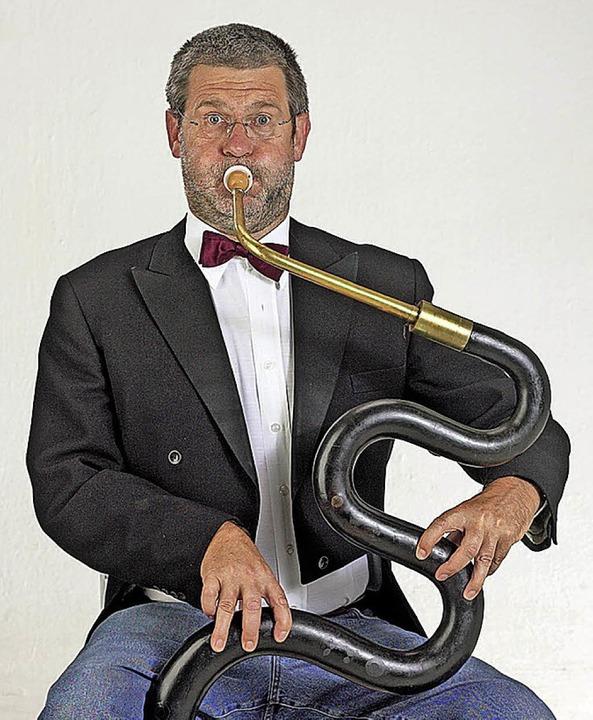 Franz Schüssele stellt Urinstrumente wie das Serpent vor.  | Foto: Promo