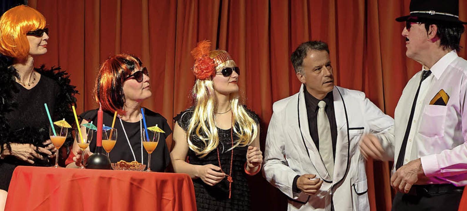 Inkognito amüsieren sich die Damen und Herren beim Besuch in einem Nachtclub.     Foto: Roswitha Frey