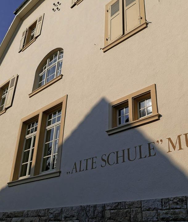 Licht und Schatten  am Museum Alte Schule  sorgen für Diskussion.  | Foto: Langelott