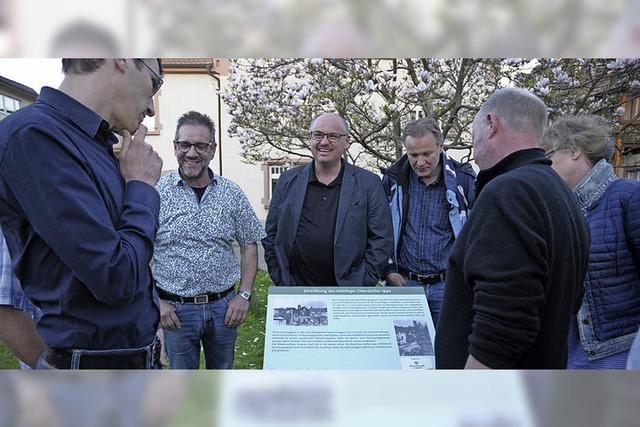 Eine Gedenkplakette erinnert an Haltingens Zerstörung im Krieg
