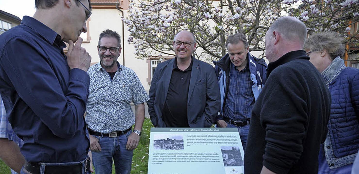 Die Ortschaftsräte sind von der neuen Tafel angetan.   | Foto: Ounas-Kräusel