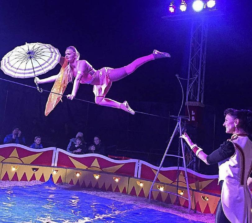 Ein Tanz auf dem Seil gehört  zum neue... der seit heute  in Weitenau gastiert.  | Foto: Privat/Rollbühler