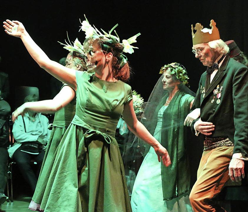 Auch die Toten spielen im Stück &#8222...on Ilona Zarypow weiterhin eine Rolle.  | Foto: Katharina Bartsch