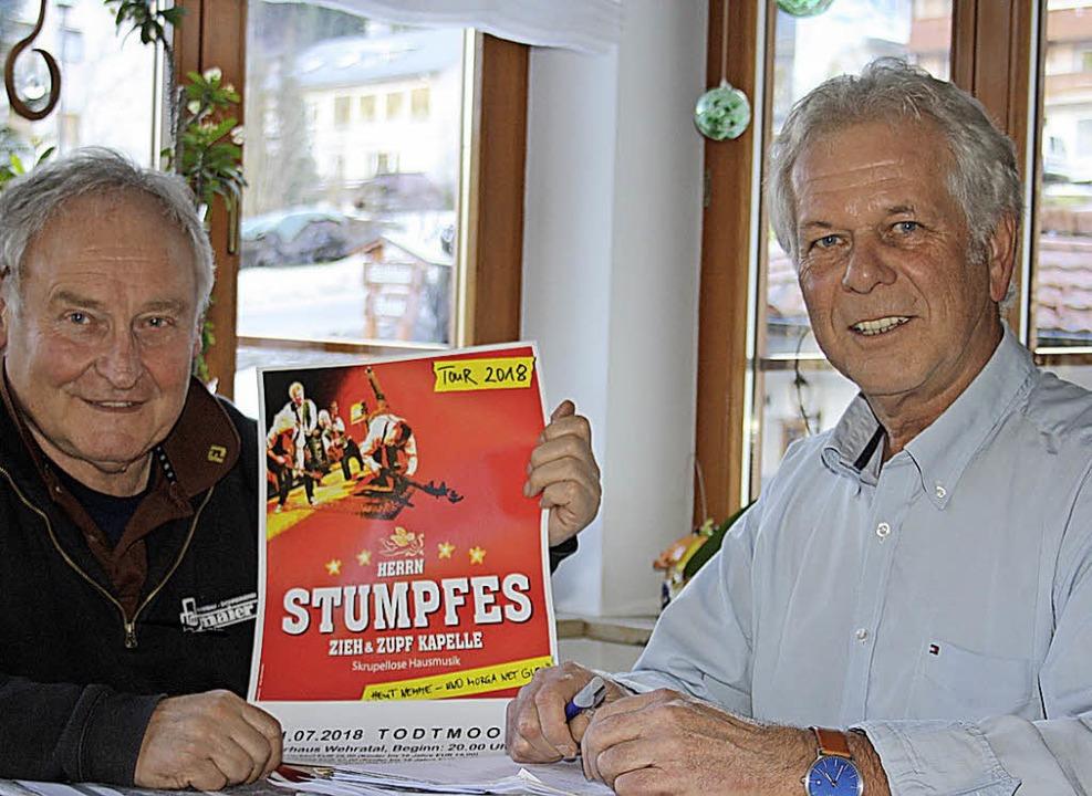 Frieder Maier, links, und Roland Matt ...tumpfes Zieh & Zupfkapelle  vor.    | Foto: Andreas Böhm