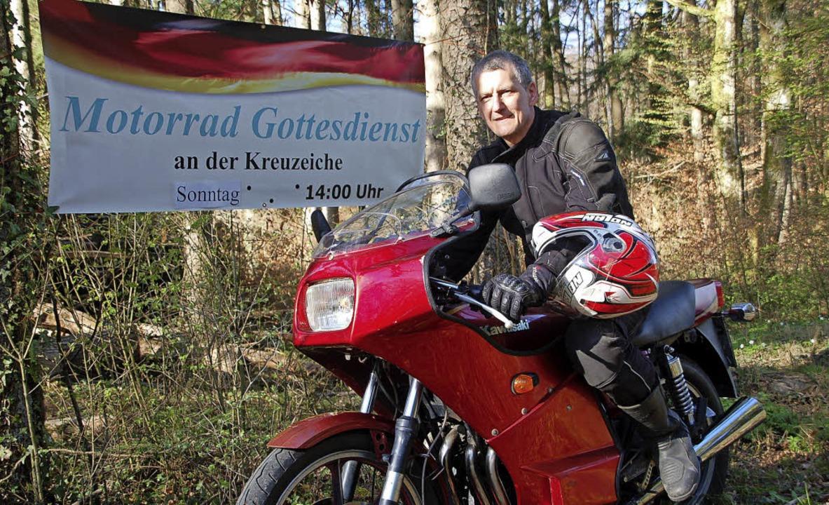 Leo Saporito auf seiner Kawasaki ist s...r den Motorradgottesdienst am Sonntag.    Foto: Petra Wunderle