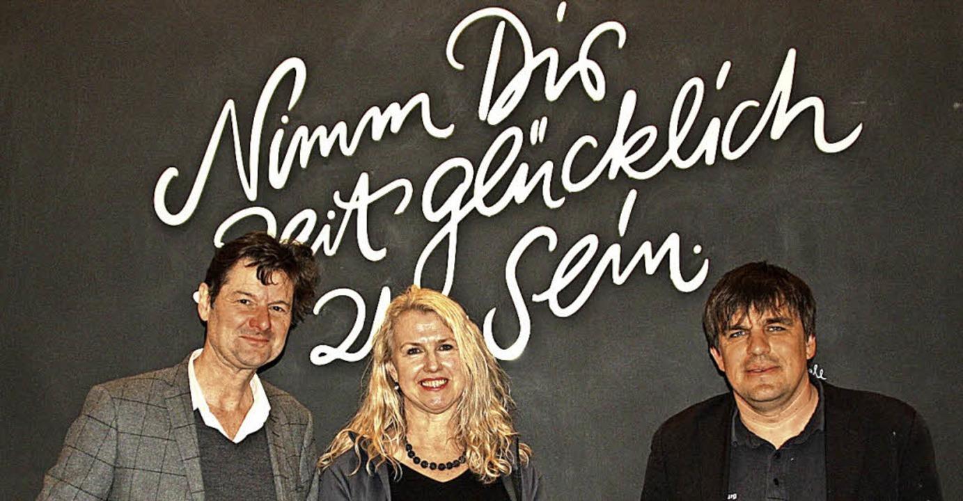 Michael Bögle vor seinem Schriftzug mi...lnessbereich (von links nach rechts).   | Foto: Elisabeth Weidling