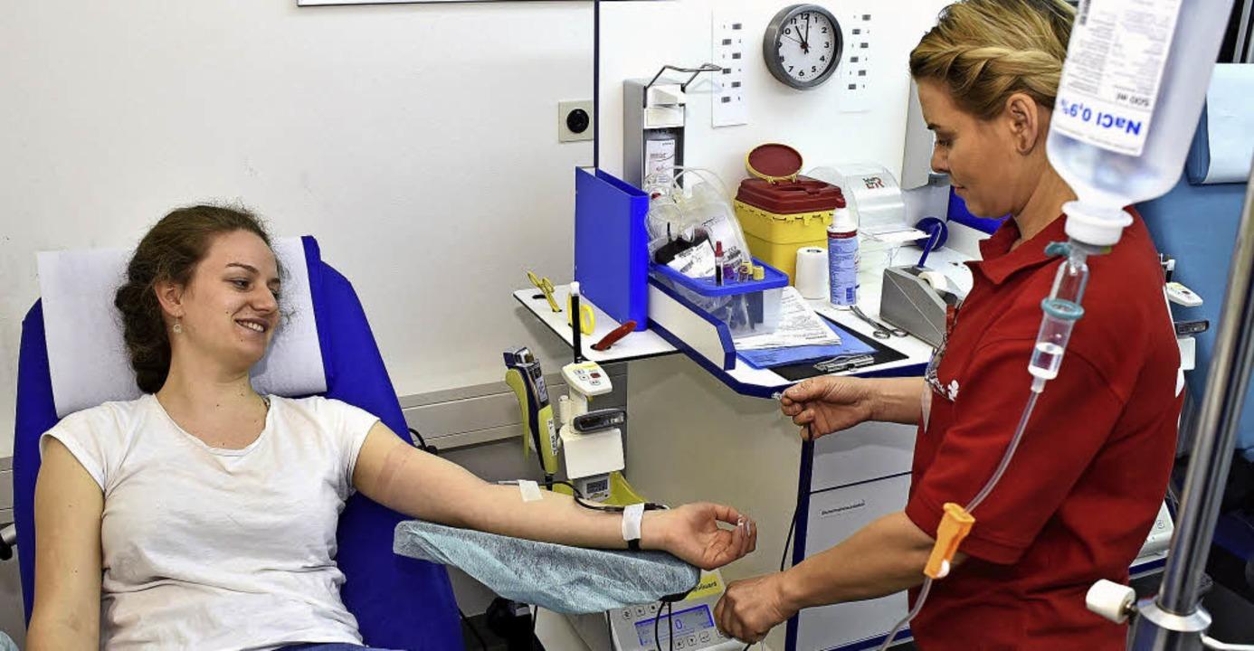 Blut spenden im Selbsttest: Dank Kochsalzlösung gibt es keine Kreislaufprobleme.  | Foto: Thomas Kunz