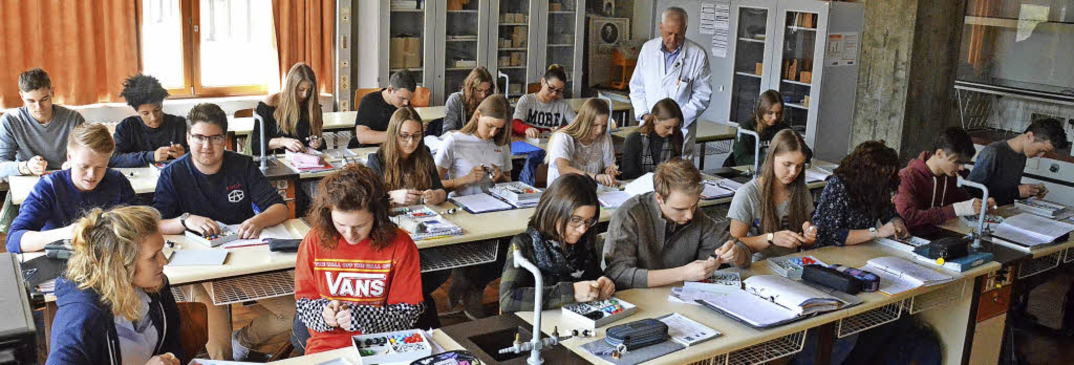 Schüler der Klasse 10+ (Einstiegsklass...ihren Klassenlehrer Christian Henrich.  | Foto: S. Barthmes
