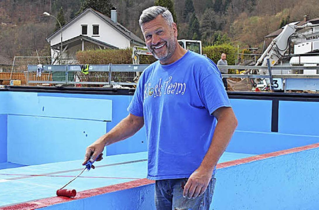 Bademeister Siegmund Tinkhauser legt  selbst Hand an.  | Foto: Martin Klabund