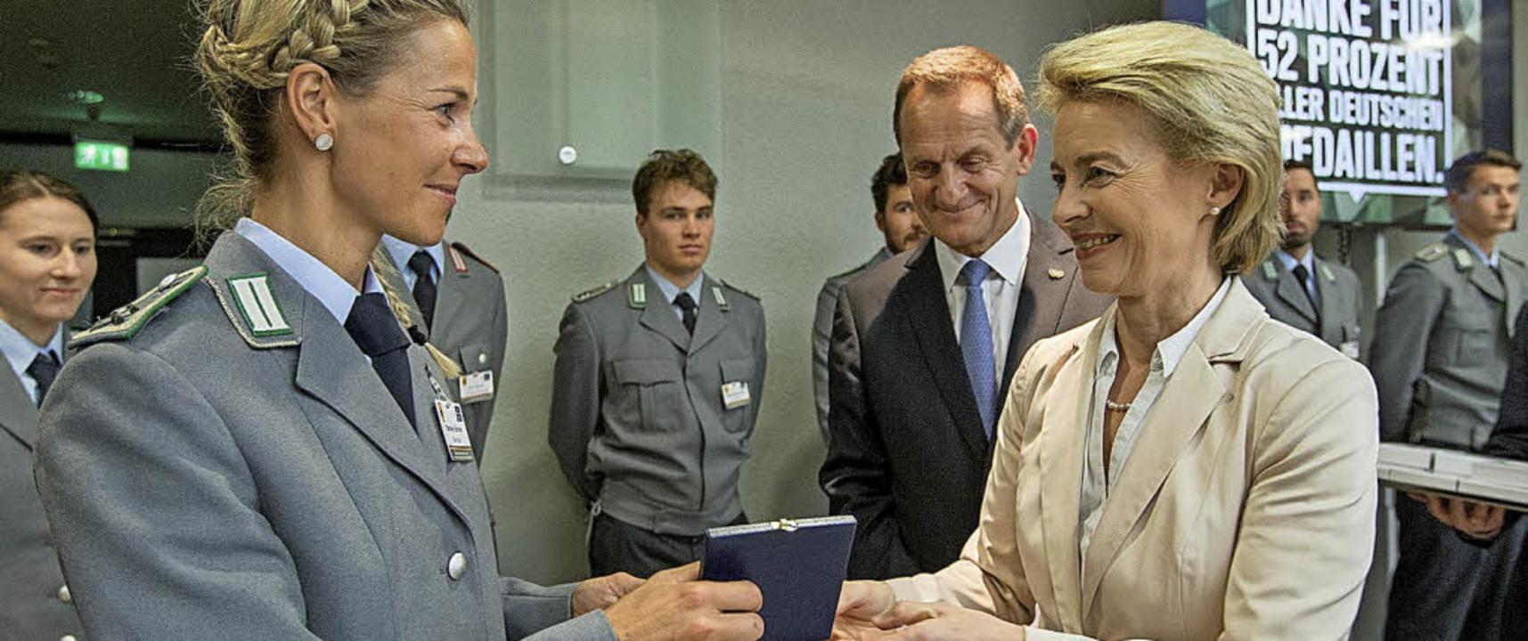 Steffi Böhler wird von Ursula von der ...lfons Hörmann für ihren Erfolg geehrt.  | Foto: Jens Schmidt (Bundeswehr)
