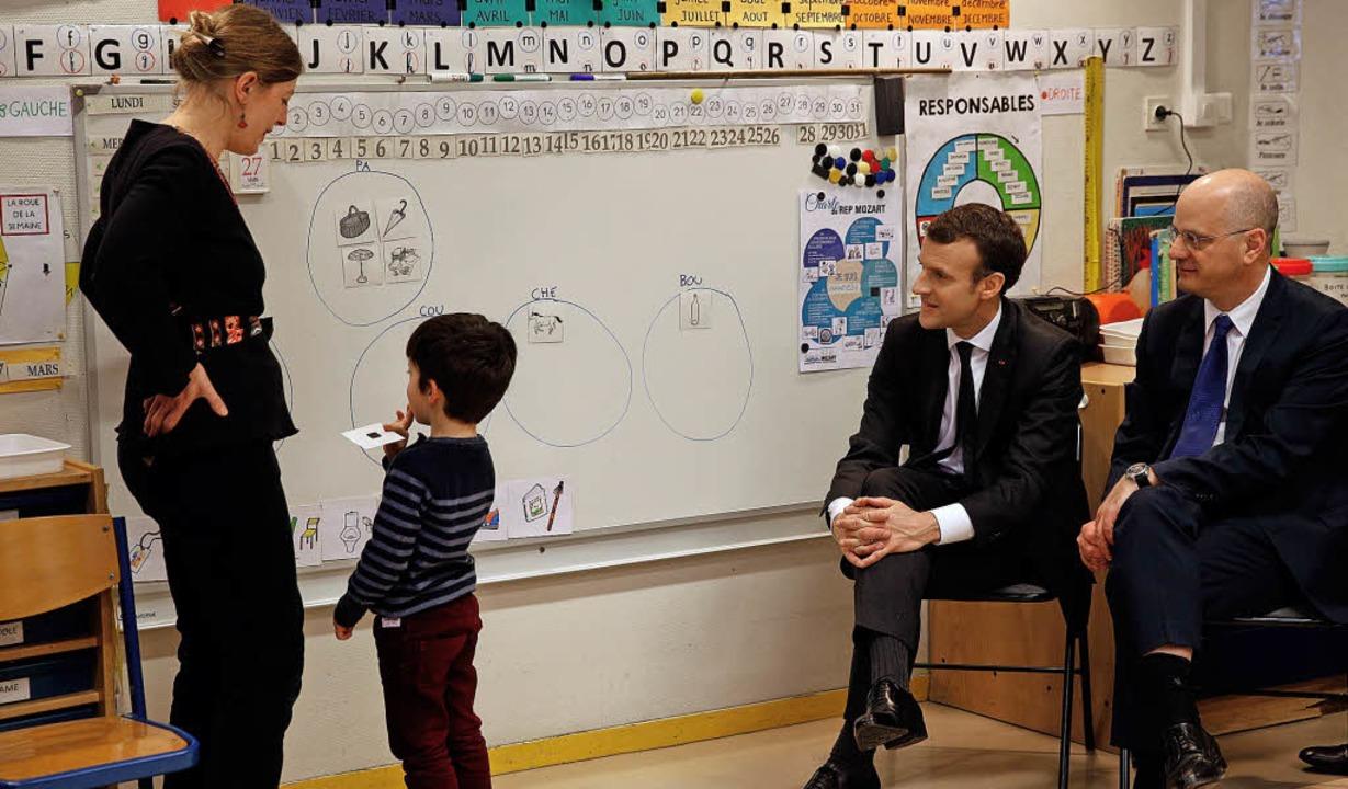 Emmanuel Macron (zweiter von rechts)  ...an-Michel Blanquer in einer Vorschule   | Foto: AFP