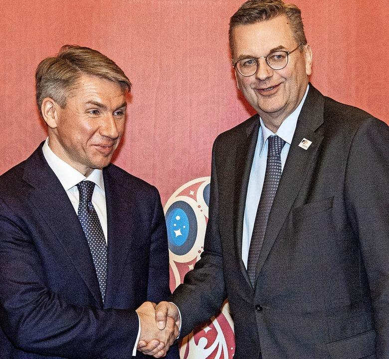 Einträchtig im  Bild: WM-OK-Chef Alexe...s) und  DFB-Präsident Reinhard Grindel  | Foto: dpa