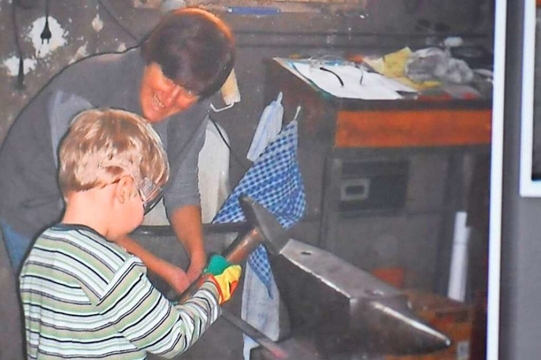 In späteren Jahren zeigte Brunhild Kut...rfs den Umgang mit dem Schmiedehammer.    Foto: Poppen