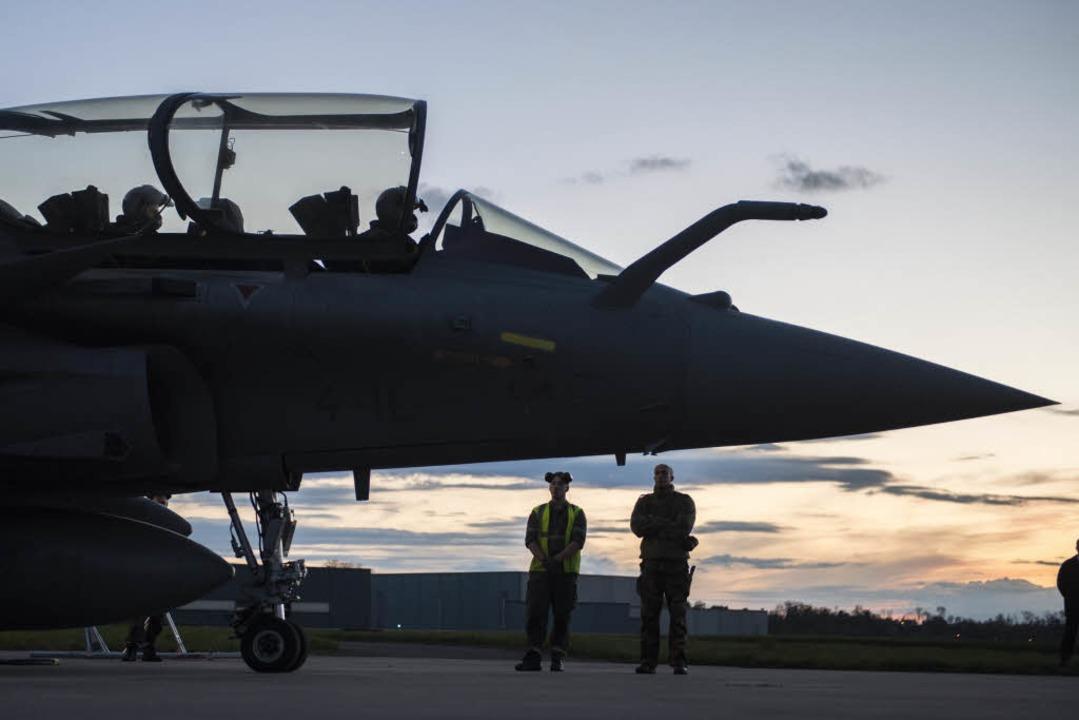 Ein Kampfflugzeug auf dem Militärflugp...t ist für einen Luftangriff in Syrien.  | Foto: dpa