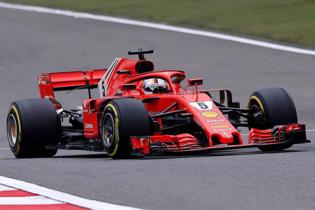 Sebastian Vettel aus Deutschland vom T...ria Ferrari fährt auf der Rennstrecke.  | Foto: dpa