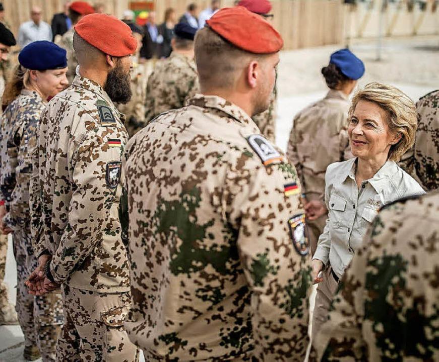 Seit Ende 2001 sind deutsche Soldaten ...in Ursula von der Leyen die Truppen.      Foto: Fotos: Michael Kappeler/Michael Bamberger