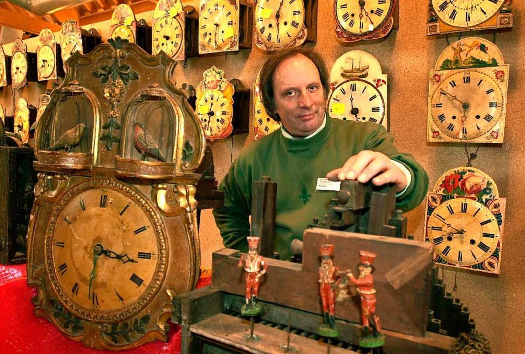 Ein Sammler  präsentiert seine Schätze auf der Antik-Uhren-Börse in Eisenbach.  | Foto: dpa (2)/Dirk Schindelbeck (2)
