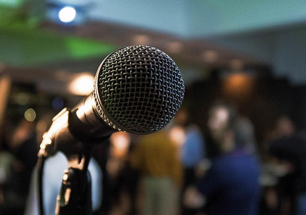 Am Mikrofon können die Poetry Slammer ...durch die Lautstärke seines Applauses.  | Foto: Fotos: Kane Reinholdtsen/Veranstalter
