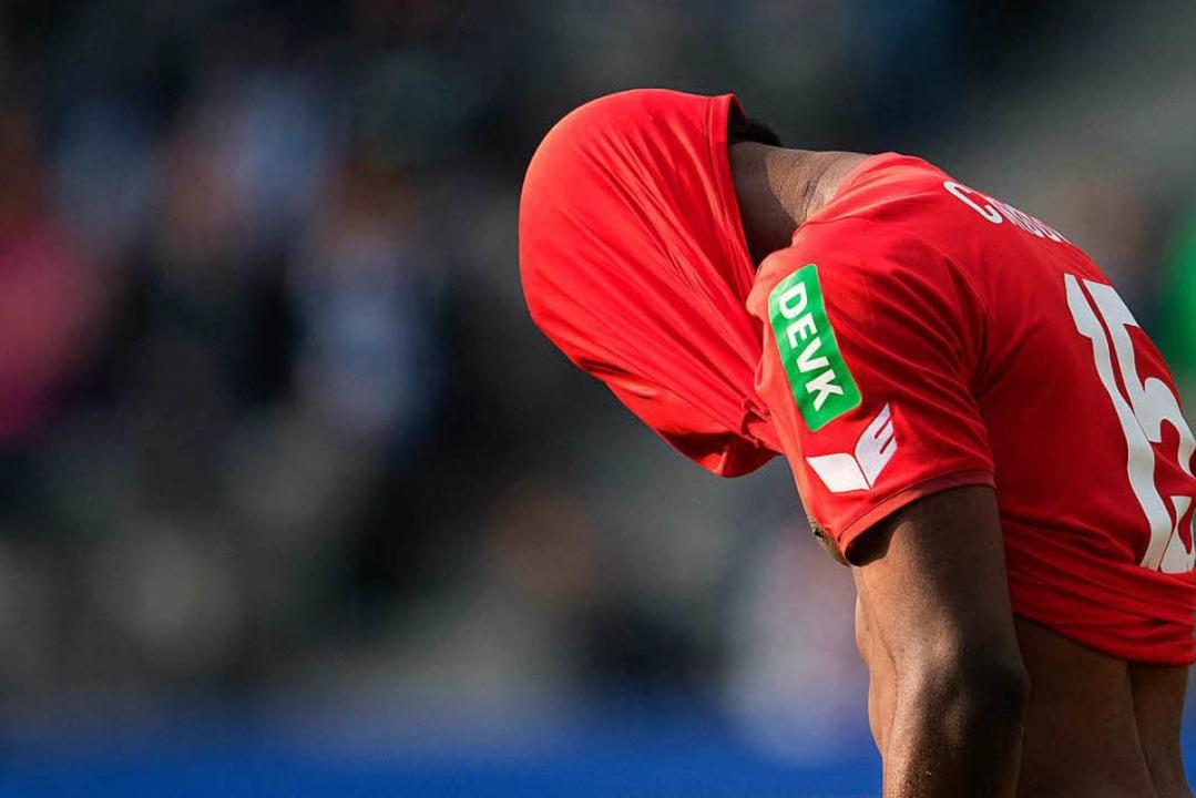 Enttäuscht: Der Kölner Jhon Cordoba hat sich das Trikot über den Kopf gezogen.  | Foto: dpa