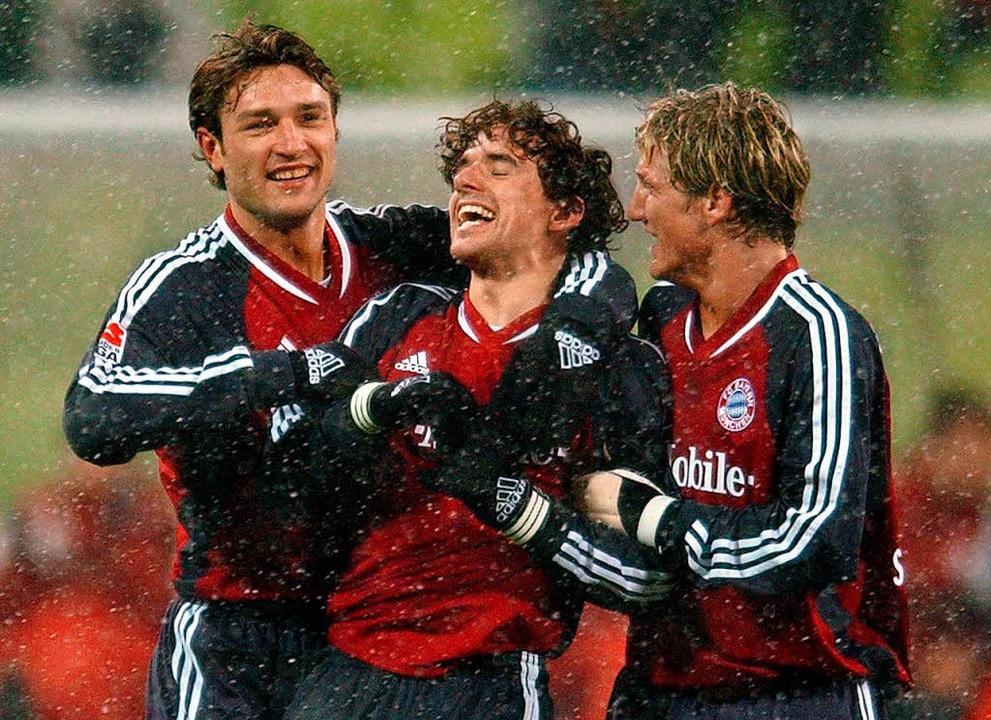 Niko Kovac 2003 im Bayerntrikot (l.) g...mitte) und Bastian Schweinsteiger (r.)  | Foto: dpa