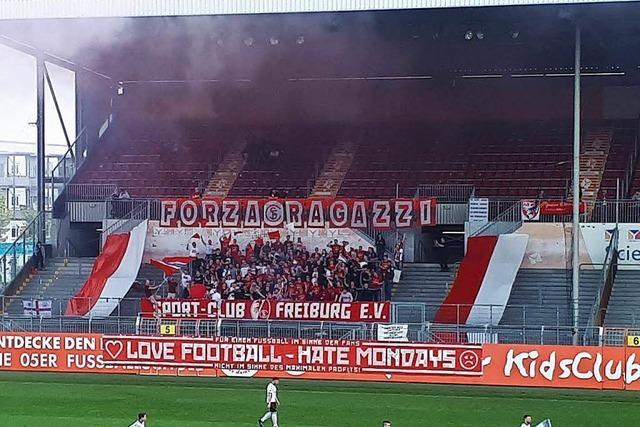 Fans des SC Freiburg und des FSV Mainz 05 kicken gegen die Montagsspiele