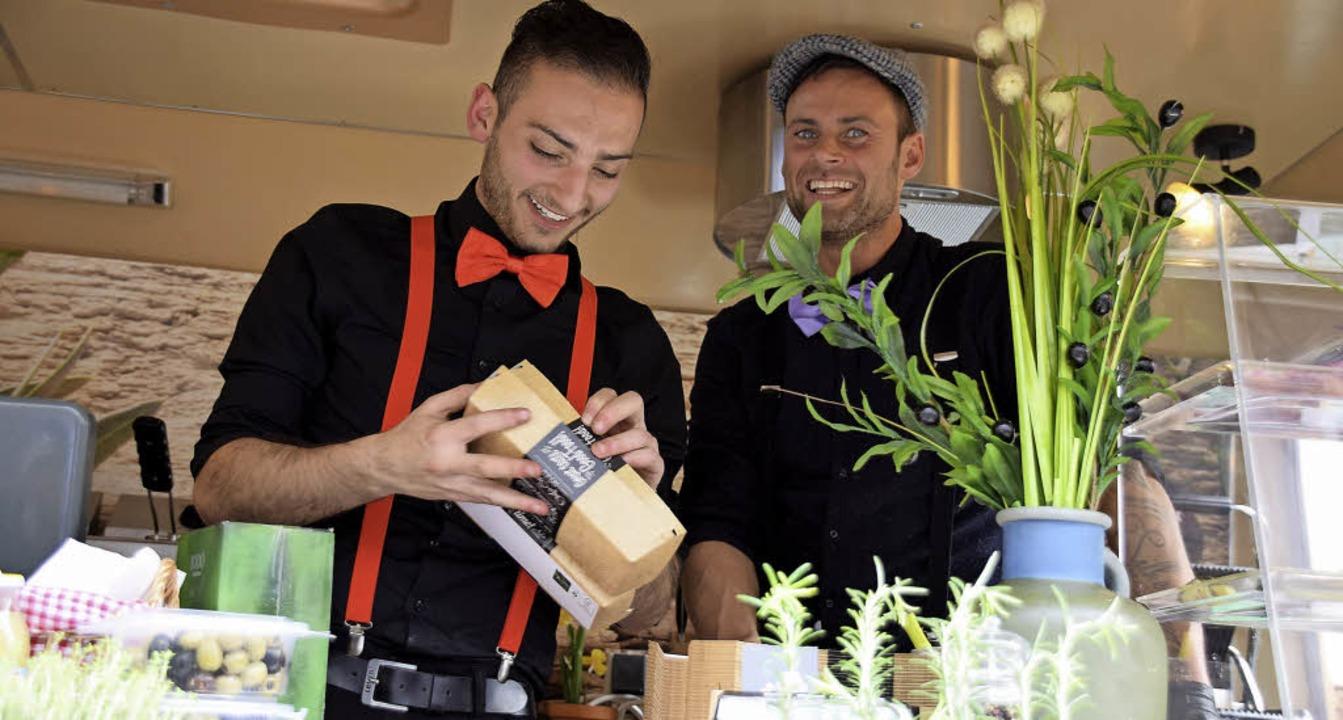 Die Köche der Foodtrucks an der proppe...iesigen Zuspruch der Streetfood-Fans.   | Foto: siebold